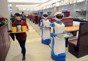 Robot-waiters-in-China-2