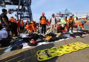 Members of a rescue team collect personal items and wreckage at the port in Tanjung Priok, North Jakarta, on October 29, 2018, after they were recovered from the sea where Lion Air flight JT 610 crashed off the north coast earlier in the day. - A brand new Indonesian Lion Air plane carrying 189 passengers and crew crashed into the sea on October 29, officials said, moments after it had asked to be allowed to return to Jakarta. (Photo by RESMI MALAU / AFP)